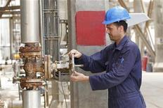 Trabalhador ajusta válvula de um oleoduto na refinaria de Al-Doura, em Bagdá, em abril de 2012. A produção de petróleo da Opep caiu em dezembro para seu menor nível em mais de um ano, com as exportações iranianas recuando novamente devido às sanções, a Arábia Saudita cortando a extração e um menor fornecimento do Iraque, mostrou uma pesquisa da Reuters. 09/04/2012 REUTERS/Mohammed Ameen