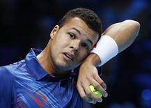 Gêné par une douleur à l'aine, Jo-Wilfried Tsonga a annoncé son forfait vendredi pour le tournoi ATP de Sydney dont il devait être la tête de série numéro un la semaine prochaine. Le Français a préféré ne prendre aucun risque avant l'Open d'Australie qui débutera le 14 janvier. /Photo prise le 9 novembre 2012/REUTERS/Suzanne Plunkett
