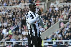 Demba Ba s'est engagé pour trois ans et demi avec Chelsea. L'attaquant sénégalais quitte Newcastle avec qui il a déjà inscrit 13 buts cette saison en Premier League. /Photo prise le 7 octobre 2012/REUTERS/Nigel Roddis