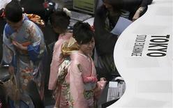 Impiegate della Borsa di Tokyo al lavoro coi tradizionali kimono in occasione della cerimonia per l'inizio del Nuovo Anno. REUTERS/Toru Hanai