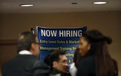Dans une foire à l'emploi à New York. Le rythme des créations d'emplois aux Etats-Unis a fléchi en décembre, même si le nombre de nouveaux postes a été légèrement supérieur aux attentes, selon les statistiques officielles publiées vendredi qui traduisent la fragilité de la reprise économique. /Photo d'archives/REUTERS/Mike Segar