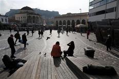 Grecia podría terminar 2012 con un déficit presupuestario primario mejor de lo fijado, según dijo el viernes un miembro del Ministerio de Finanzas, apuntando a un modesto éxito fiscal para el primer país rescatado de la eurozona. En la imagen, gente en la plaza Monastiraki en el centro de Atenas, el 3 de enero de 2013. REUTERS/John Kolesidis