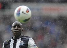Demba Ba, do Newcastle United, olha a bola durante partida contra o Stoke City pelo Campeonato Inglês, em Newcastle, em abril de 2012. O Chelsea fechou a contratação de Demba Ba junto ao Newcastle por um valor não revelado por 3 anos e meio. 21/04/2012 REUTERS/Nigel Roddis