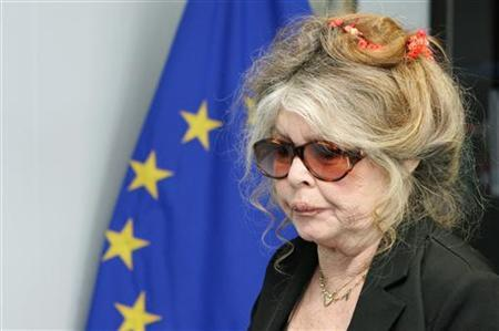 Brigitte Bardot the former French film star turned animal rights activist arrives at the European Commission headquarters in Brussels June 9, 2006. REUTERS/Francois Lenoir