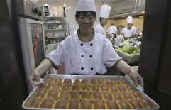 Chef carrega travessa de de pães em restaurante na China. O setor de serviços da China teve em dezembro a menor expansão em quase um ano e meio, mostrou nesta sexta-feira a pesquisa Índice de Gerentes de Compras (PMI, na sigla em inglês), outra evidência de que a retomada do crescimento no quarto trimestre será modesta. 11/05/2012 REUTERS/Stringer