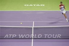 Richard Gasquet s'est qualifié vendredi pour la finale du tournoi ATP de Doha, au Qatar, en battant en deux manches l'Allemand Daniel Brands. Le Français, tête de série numéro deux, s'est imposé 7-5 7-5. /Photo prise le 4 janvier 2013/REUTERS/Jamal Saidi
