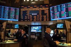 Las acciones estadounidenses abrieron con una leve alza el viernes después de unos datos que mostraron que el ritmo de las contrataciones se desaceleró levemente en diciembre, aunque persisten algunas señales de recuperación en el mercado laboral tras la crisis de 2007-2009. En la imagen, operadores en la Bolsa de Nueva York, el 3 de enero de 2013. REUTERS/Keith Bedford