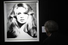 La ex estrella francesa de la pantalla Brigitte Bardot amenazó el viernes con seguir el ejemplo de Gerard Depardieu y pedir el pasaporte ruso, en protesta no por las subidas de impuestos, sino por el tratamiento que reciben dos elefantes de circo. En esta imagen de archivo, un visitante mira la fotografía 'Brigitte Bardot, 1959' del fotógrafo Richard Avedon (1923-2004) mostrada en la casa de subastas Christie's de París, el 18 de noviembre de 2010. REUTERS/Philippe Wojazer
