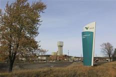 Logotipo da Vale é visto no exterior de mina de cobre em Sudbury, no Canadá. As ações da mineradora tinham sua segunda queda consecutiva nesta sexta-feira, apesar do forte avanço dos preços do minério de ferro, cedendo a um movimento de ajuste após os ganhos expressivos do primeiro pregão de 2013. 16/10/2012 REUTERS/Julie Gordon