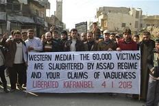 """Siria dijo el viernes que un coche bomba que explotó el jueves por la noche en una gasolinera de Damasco fue detonado por """"terroristas"""", un término que utiliza para referirse a los rebeldes que buscan derrocar al presidente Bashar el-Asad. En la imagen, manifestantes sostienen una pancarta sobre las víctimas del régimen sirio durante una protesta contra el presidente Bashar el-Asad, tras las oraciones del viernes en Kafranbel, cerca de Idlib, el 4 de enero de 2013. REUTERS/Raed Al-Fares/Shaam News Network"""