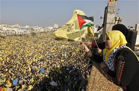 Women wave Palestinian (front) and Fatah flags during a rally marking the 48th anniversary of the founding of the Fatah movement, in Gaza City January 4, 2013. REUTERS/Mohammed Salem