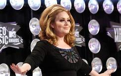 """El premiado disco """"21"""" de la cantante británica Adele logró una hazaña poco común e 2012 al liderar por segundo año consecutivo las listas de ventas en EEUU, superando a """"Red"""", de la estrella country-pop estadounidense Taylor Swift, según dijo el jueves Nielsen Soundscan. En esta imagen de archivo, la ganadora de ocho Grammy Adele a su llegada a los premios MTV Video Music Awards en Los Ángeles, el 28 de agosto de 2011. REUTERS/Mario Anzuoni"""