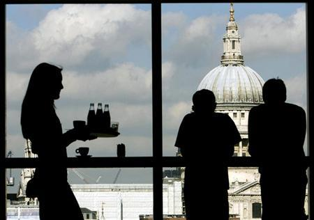 Visitors admire St.Paul's Cathedral from the restaurant floor of the Tate Modern gallery in London March 15, 2007. REUTERS/Alessia Pierdomenico
