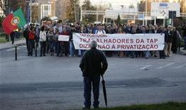 Legisladores del opositor Partido Socialista de Portugal recurrieron el viernes partes del presupuesto de 2013 ante el Tribunal Constitucional, una medida que podría obstaculizar los intentos del Gobierno por cumplir las condiciones del rescate del país. En la imagen, trabajadores de la aerolínea portuguesa TAP protestan contra la privatización de la compañía estatal en el aeropuerto Portela de Lisboa, el 18 de diciembre de 2012. REUTERS/Rafael Marchante