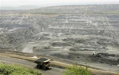 Imagen de archivo de un camión con un cargamento de carbón en la mina Cerrejón en Barrancas, Colombia, mayo 24 2007. Colombia, que busca aumentar la producción de minerales, ofrecerá en el segundo semestre del 2013 a inversores nacionales y extranjeros una área de 20,5 millones de hectáreas para exploración que adjudicará a través de subasta. REUTERS/Jose Miguel Gomez/Files