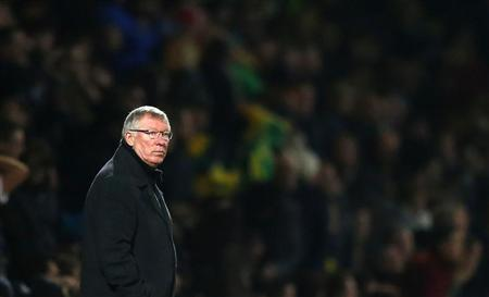 Manchester United manager Alex Ferguson watches his side play Norwich City during their Premier League match at Carrow Road in Norwich, November 17, 2012. REUTERS/Andrew Winning