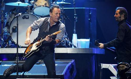 Singer Bruce Springsteen (L) performs along with basssist Garry Tallent during the ''12-12-12'' benefit concert for victims of Superstorm Sandy at Madison Square Garden in New York December 12, 2012. REUTERS/Lucas Jackson