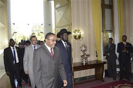 South Sudan's President Salva Kiir (C) walks with Ethiopia's Prime Minister Hailemariam Desalegn (3rd L) as he arrives for talks with leaders from Sudan in the Ethiopian capital Addis Ababa January 4, 2013. REUTERS/Tiksa Negeri