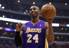 El base All-Star de los Lakers Kobe Bryant sucumbió finalmente a la red social Twitter abriéndose el viernes su propia cuenta. En la imagen, de 4 de enero, Bryant de los Lakers reacciona tras una falta en la derrota de su equipo frente a los Clippers. REUTERS/Danny Moloshok