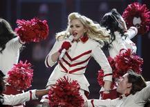 Las leyendas del pop y de la música rock derrotaron a sus rivales más jóvenes con monumentales giras y conciertos en 2012, según datos publicados por Pollstar. En la imagen, de 28 de agosto, Madonna actúa en Philadelphia en un concierto enmarcado en su gira mundial MDNA. REUTERS/Tim Shaffer