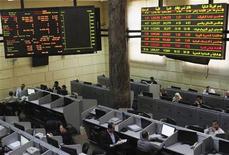 A la Bourse du Caire, jeudi. Un haut responsable du FMI rencontrera lundi au Caire le président Mohamed Morsi et d'autres dirigeants égyptiens pour évoquer la demande égyptienne d'un prêt de 4,8 milliards de dollars, selon le quotidien égyptien Akhbar Al Youm. /Photo prise le 3 janvier 2013/REUTERS/Asmaa Waguih