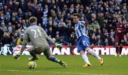 Las esperanzas del Newcastle United en la Copa FA tropezaron por segundo año consecutivo con el Brighton de segunda división, equipo que les eliminó el sábado en tercera ronda con una victoria por 2-0. En la imagen, de 5 de enero, Will Hoskins del Brighton supera a Rob Elliot del Newcastle en el partido de tercera ronda de la Copa FA. REUTERS/Philip Brown