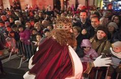 Sus Majestades los Reyes Magos de Oriente recorrían el sábado las ciudades españolas antes de pasar la noche repartiendo regalos a los niños buenos y carbón a los que no lo fueron tanto. En esta imagen de archivo, un hombre vestido de rey mago en la cabalgata anual en el centro de Burgos, el 5 de enero de 2012. REUTERS/Félix Ordóñez
