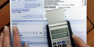 """La taxe sur les revenus supérieurs à un million d'euros par an sera incluse dans la prochaine loi de finances, au plus tard à l'automne 2013 et pourrait être pérenne, a déclaré dimanche le ministre français du Budget, Jérôme Cahuzac, lors du """"Grand Rendez-vous"""" Europe 1/i>TELE/Le Parisien-Aujourd'hui en France. /Photo d'archives/REUTERS/Charles Platiau"""