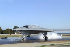 Un avión no tripulado estadounidense mató el domingo al menos a 10 personas que se sospecha eran combatientes talibanes en las zonas tribales del norte de Pakistán, según fuentes de inteligencia, días después de que otro ataque similar matara a un líder miliciano en la región. En la imagen, una tripulación de lanzamiento prepara un sistema de combate áreo no tripulado Northrop Grumman X-47B para su primer lanzamiento desde una catapulta de tierra en esta fotografía de la Marina estadounidense tomada en Patuxent River, Maryland, el 29 de noviembre de 2012. REUTERS/U.S. Navy/Courtesy of Northrop Grumman/Alan Radecki/Handout ESTA IMAGEN HA SIDO PROPORCIONADA POR UN TERCERO. REUTERS LA DISTRIBUYE, EXACTAMENTE COMO LA RECIBIÓ, COMO UN SERVICIO A SUS CLIENTES. SÓLO PARA USO EDITORIAL, NI VENTAS NI PARA SU VENTA PARA CAMPAÑAS DE MARKETING O PUBLICIDAD.