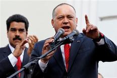 """El Gobierno venezolano mandó el sábado un mensaje de unidad con la reelección del polémico militar Diosdado Cabello como jefe del Parlamento, un acto que convocó a la plana mayor de la """"revolución socialista"""" medio de la creciente incertidumbre sobre la delicada salud del presidente Hugo Chávez. En la imagen, el vicepresidente venezolano Nicolás Maduro (a la izquierda) escucha al presidente de la Asamblea Nacional, Diosdado Cabello, en Caracas, el 5 de enero de 2012. REUTERS/Carlos Garcia Rawlins"""