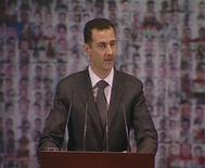 """Lors d'un discours d'environ une heure dans une salle d'opéra au centre de Damas , le président syrien Bachar al Assad a appelé dimanche ses compatriotes à la """"guerre pour défendre la nation"""", en qualifiant les insurgés de terroristes manipulés par les puissance étrangères et esquissé un plan de sortie de crise aussitôt rejeté par l'opposition. /Image du 6 janvier 2013/REUTERS/Syrian TV via Reuters TV"""