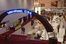 Les technologies transformant les objets du quotidien en appareils connectés seront à l'honneur lors de l'édition 2013 du Consumer Electronic Show (CES) de Las Vegas, le plus grand salon mondial de l'électronique grand public. /Photo prise le 5 janvier 2013/REUTERS/Steve Marcus