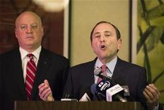 National Hockey League (NHL) Commissioner Gary Bettman gestures in front of NHL deputy commissioner Bill Daly (L) as he describes negotiations between the NHL and the NHL Players Association (NHLPA) regarding the difficulties of their current labor talks in New York, December 6, 2012. NHLPA said the league rejected its latest offer on Thursday as labor talks aimed at ending the lockout unexpectedly broke off on Thursday. REUTERS/Lucas Jackson