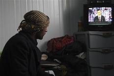 """Dans un camp de Mafrak, en Jordanie, un réfugié syrien regarde la retransmission du discours de Bachar al Assad, dimanche à Damas. Le président syrien a présenté dimanche un """"plan de paix"""" visant à mettre fin à la guerre civile dans le pays, une initiative accueillie avec dédain par ses opposants qui y voient un subterfuge visant à s'accrocher au pouvoir. /Photo prise le 6 janvier 2013/REUTERS/Majed Jaber"""
