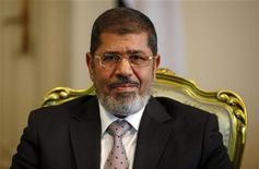 Le président égyptien Mohamed Morsi, issu des rangs des Frères musulmans. L'Egypte a remanié son gouvernement dimanche en renforçant la présence des membres de cette confrérie dans les instances dirigeantes, à la veille de l'arrivée au Caire d'une délégation du FMI venue discuter d'une demande de prêt de 4,8 milliards de dollars. /Photo prise le 8 octobre 2012/REUTERS/Amr Abdallah Dalsh