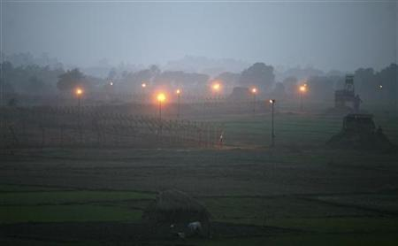 Indian security posts (R) are seen along the border between India and Pakistan in Suchetgarh, southwest of Jammu, January 6, 2013. REUTERS/Mukesh Gupta