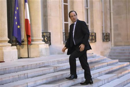 French President Francois Hollande arrives at the Elysee Palace in Paris to attend a working meeting with government about employment and economic situation in France, January 4, 2013. REUTERS/Philippe Wojazer