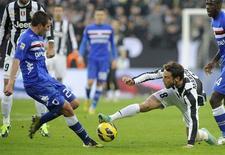 Claudio Marchisio de la Juventus (8) en difficulté face à Nenad Krsticic de la Sampdoria, à Turin. Le leader de la Serie A a laissé échapper un match qui lui tendait les bras et perdu à domicile 2-1 contre des Génois réduits à dix pendant une heure. /Photo prise le 6 janvier 2013/REUTERS/Giorgio Perottino