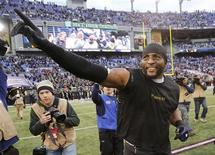 Baltimore Ravens inside linebacker Ray Lewis waves as he rounds the field after the Ravens defeated the Indianapolis Colts in their NFL AFC wildcard playoff football game in Baltimore January 6, 2013. REUTERS/Jonathan Ernst