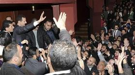 El presidente sirio, Bashar el Asad, rechazó el domingo sostener negociaciones de paz con sus enemigos, en un desafiante discurso que fue considerado por sus detractores como una renovada declaración de guerra. En la imagen, Asad saluda a sus partidarios en Damasco, el 6 de enero de 2013. REUTERS/Sana