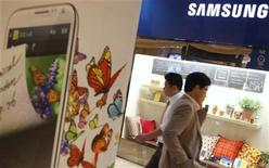 People walk at a Samsung Electronics store in the Gangnam area in Seoul October 22, 2012. REUTERS/Kim Hong-Ji