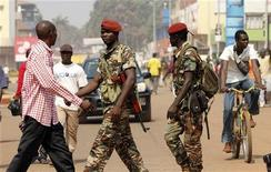 Central African Republic soldiers walk on a street in Bangui December 31, 2012.REUTERS/Luc Gnago