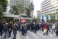 """A Canton, manifestation devant le siège de l'hebdomadaire Nanfang Zhoumo, afin de soutenir une grève des journalistes contre l'ingérence du responsable de la censure dans la province du Guangdong. Les manifestants avaient posé devant eux des pancartes sur lesquelles étaient inscrits: """"La liberté d'expression n'est pas un crime"""" et """"Le peuple chinois veut la liberté"""". /Photo prise le 7 janvier 2013/REUTERS/James Pomfret"""