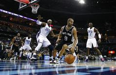 Tony Parker, le meneur de jeu des Spurs et des Bleus, entame l'année 2013 avec de grandes ambitions: une cinquième participation au All Star Game, un quatrième titre de champion NBA et un premier titre de champion d'Europe. /Photo prise le 8 décembre 2012/REUTERS/Chris Keane