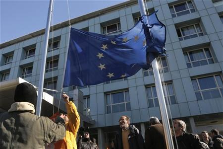 Municipal workers pull down from a pole a European flag during a rally against state sector layoffs demanded by the country's international lenders in Athens December 13, 2012. REUTERS/John Kolesidis