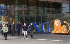 Le groupe de banque et d'assurance néerlandais ING envisage un nouveau plan de réduction de ses coûts pour se conformer aux nouvelles régulations et se prémunir contre ses créances toxiques. /Photo prise le 7 novembre 2012/REUTERS/Michael Kooren