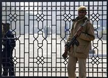 Policial faz guarda do lado de for a da corte, em Nova Délhi. Cinco homens acusados de estuprar e matar uma universitária indiana dentro de um ônibus chegaram nesta segunda-feira a um tribunal para ouvir as acusações, num caso que causou indignação no mundo inteiro. 07/01/2013 REUTERS/Adnan Abidi