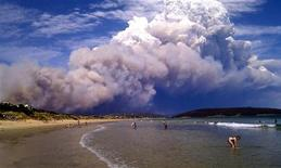 """Fumaça de incêndio florestal fica sobre a praia em Carlton, 20 km a leste de Hobart, na Austrália. A Austrália se preparou para vários dias de incêndios """"catastróficos"""", em consequência de uma forte onda de calor. 04/01/2013 REUTERS/Joanne Giuliani"""