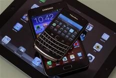 (Do topo para baixo) Smartphone Blackberry Bold, phablet Samsung Galaxy Note e tablet iPad 2 da Apple são vistos em Hong Kong. O nome pode ser phablet, phonelet, tweener ou super smartphone, mas o fato é que os celulares grandalhões --com tamanho mais próximo a um tablet do que a um smartphone de dois anos atrás-- chegaram para ficar. 03/01/2013 REUTERS/Bobby Yip