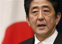 Primeiro-ministro do Japão Shinzo Abe pretende fazer com que gastos públicos do país ultrapassem limite de endividamento. 26/12/2012 REUTERS/Toru Hanai